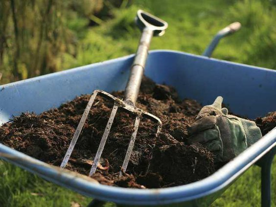 mulch-wheel-barrow